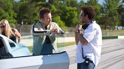 Đạo diễn Scott Waugh (phải) và Aaron Paul trên trường quay Need for Speed